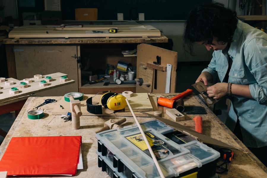 Étudiante de la formation collégiale technique en ébénisterie artisanale de l'École d'ébénisterie d'art de Montréal.
